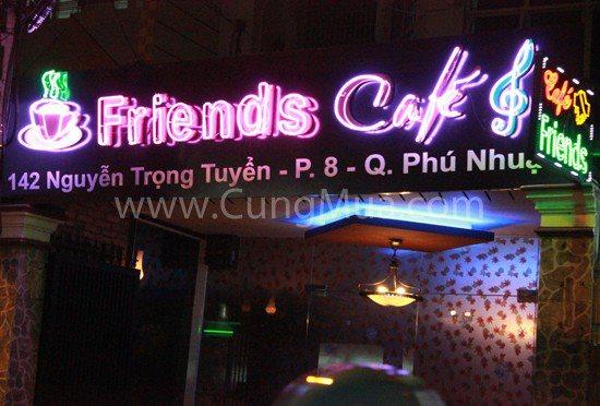 Friends Cafe, nổi bật với phong cách doanh nhân nhưng vô cùngtrẻ trung, ấn tượng.