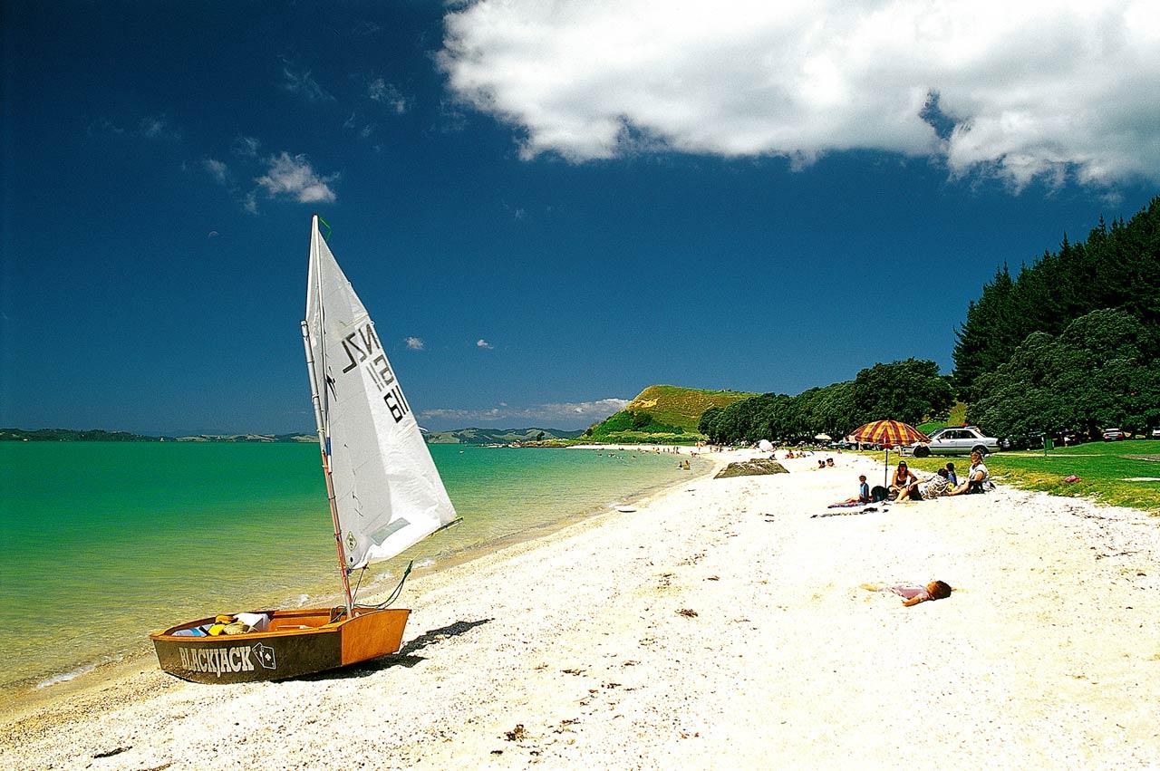 Đến Auckland và tham quan bãi biển Maraetai